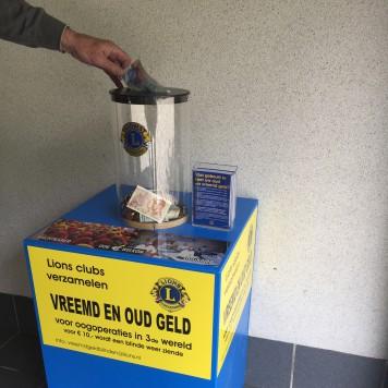 Vreemd en oud geld zuil bij Hubo bouwmarkt aan de Westvoorstraat 10 te Dinteloord